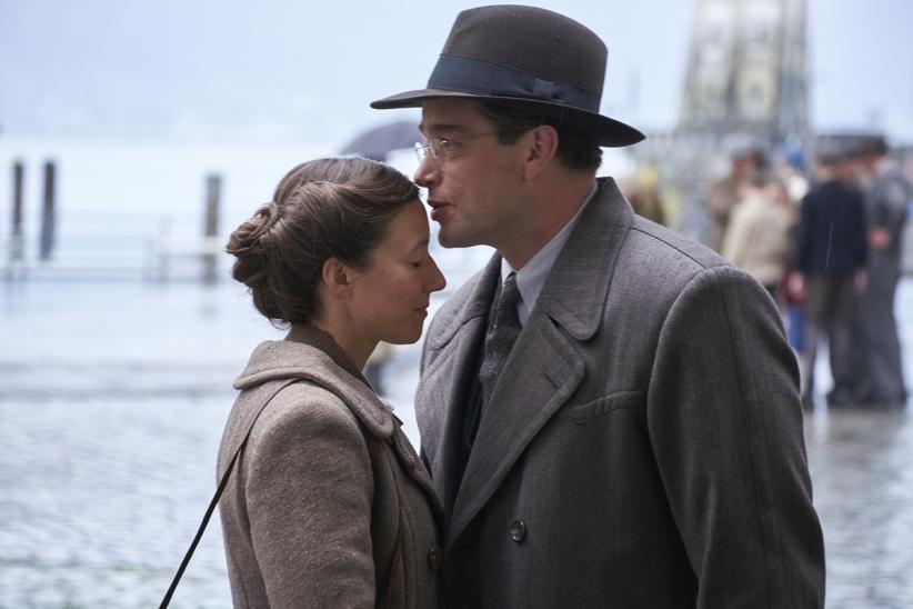Richard (Ronald Zehrfeld) wird in Mainz eine Stelle als Richter antreten. Ehefrau Claire (Johanna Wokalek) bleibt zunächst jedoch zurück im Schwäbischen.