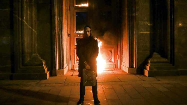 Pjotr Pawlenski vor brennender FSB-Tür